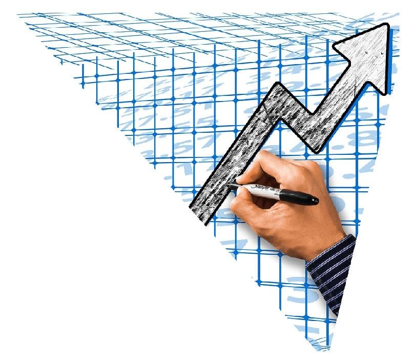esperto in digital marketing traccia grafico in crescita